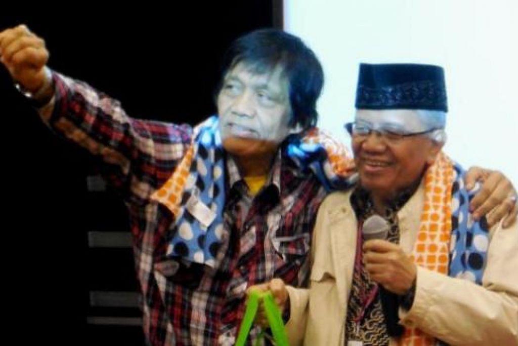 DUA PENYAIR BESAR: Penyair terkemuka Malaysia, Abdul Ghafar Ibrahim (@AGI) (kiri) memeluk penyair besar Indonesia, Dr Taufiq Ismail, untuk saling mengucapkan seruan persahabatan. - Foto MOHD RAMAN DAUD