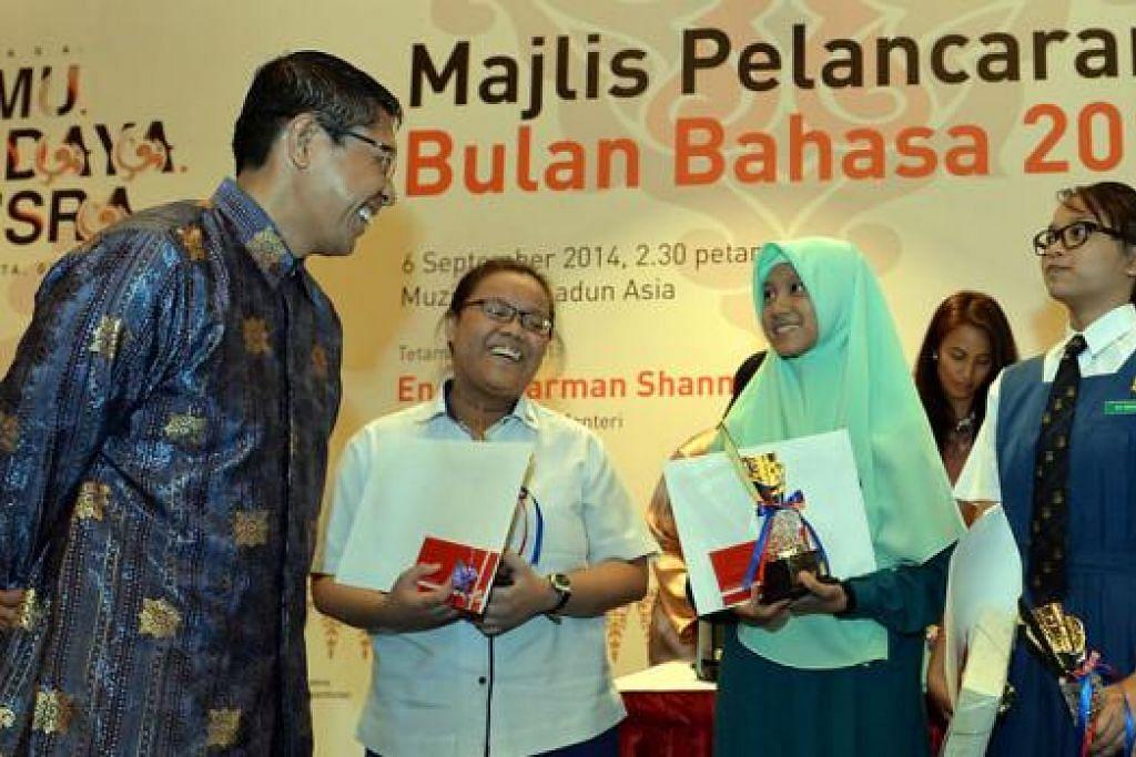 LESTARIKAN BAHASA MELAYU: Dr Mohd Maliki Osman sempat bermesra dengan pemenang peraduan mengarang yang diharap menjadi penerus warisan budaya Melayu - (dari kanan) juara, Siti Radheah Mutalib; pemenang ketiga, Nurul Fatin Sulaiman; dan naib juara, Nur Hairlyana Abdullah. - Foto M.O. SALLEH