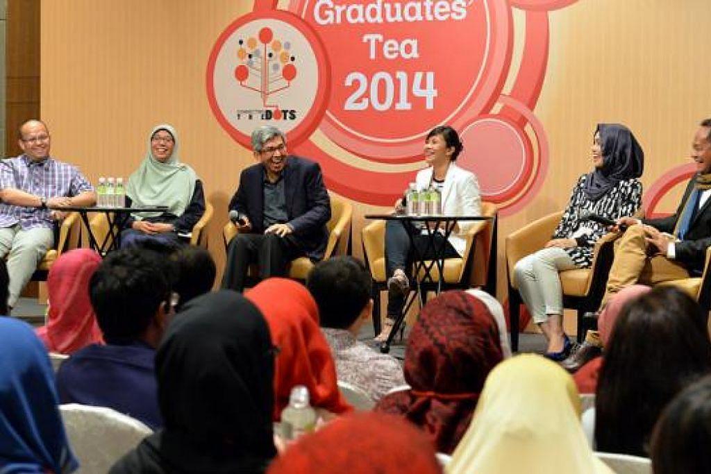 KONGSI PENGALAMAN: Dr Yaacob Ibrahim (tiga dari kiri) bersama empat penceramah berbeza bidang - (dari kiri) Pengarah Kanan Pemasaran Asia Pasifik & Jepun Symantec Corporation, Encik Effendy Ibrahim; saintis kajian kanan, Dr Rufaihah Abdul Jalil; serta (dari kanan) pendidik Islam lulusan undang-undang, Ustaz Saif-ur-Rahman; dan pereka fesyen dan peniaga, Cik Adlina Anis - yang diundang berkongsi pengalaman mencapai kejayaan masing-masing. - Foto M.O. SALLEH
