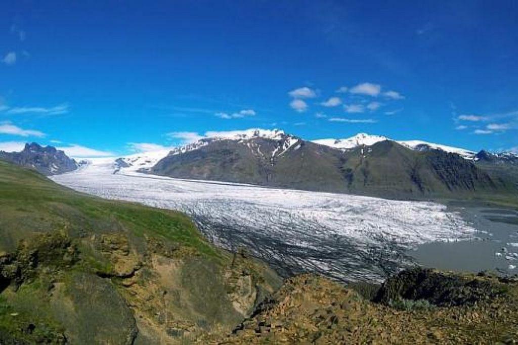 SEJUK MATA MEMANDANG: Keindahan glasier Skaftafellsjokull dari puncak Sjonarnipa. Penulis terasa lawatannya ke Iceland pada Jun lalu bagai berada di hujung dunia. - Foto-foto MOHAMMAD RAFIE SABARSHAH