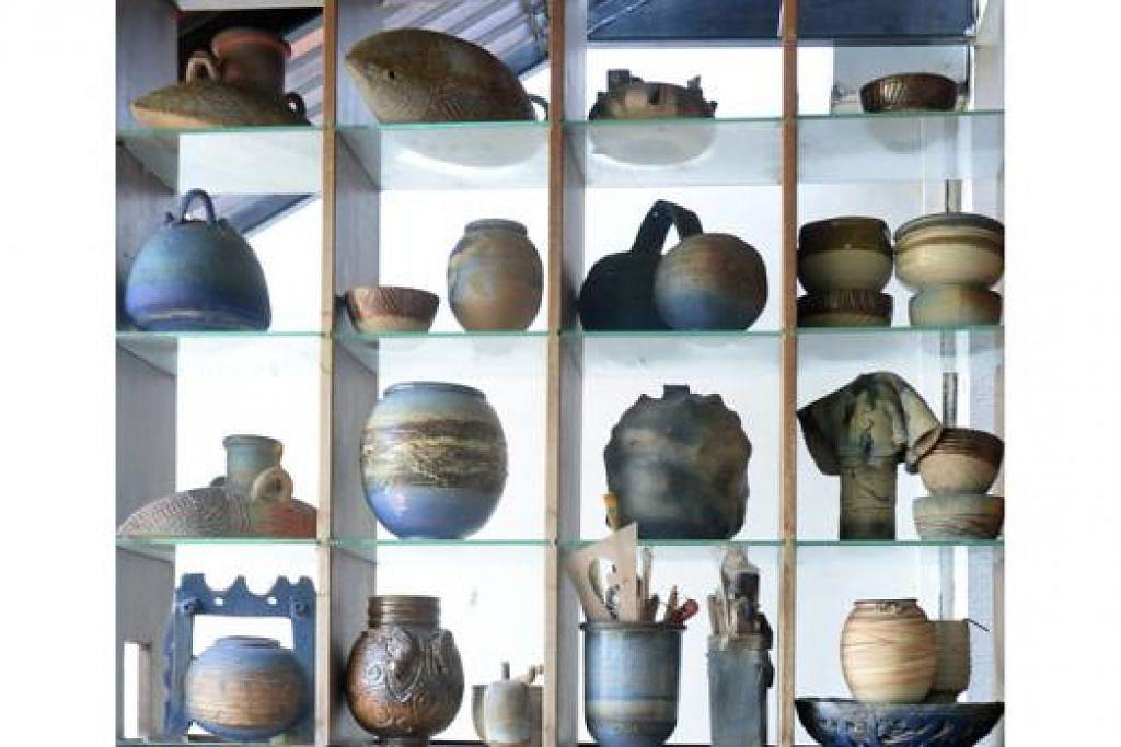 MUZIUM DI RUMAH: Encik Iskandar mempunyai galeri kecil di tingkat tiga rumahnya, di mana beliau mempamerkan karyanya seperti mangkuk, teko dan cawan. - Foto-foto TAUFIK A. KADER