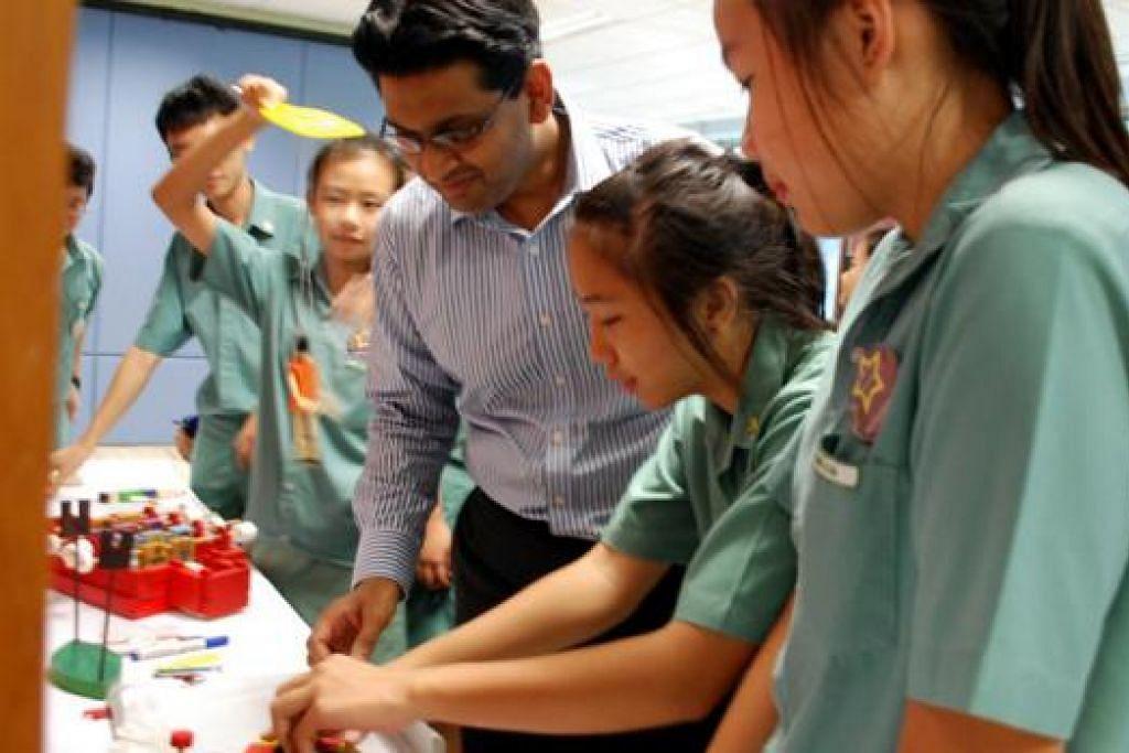 MENCORAK PERIBADI MURNI: Pengetua Sekolah Menengah Ang Mo Kio, Encik Abdul Mannan Mohamed Ibrahim, mengutumakan pembelajaran holistik bagi pelajarnya. - Foto ihsan SEKOLAH MENENGAH ANG MO KIO