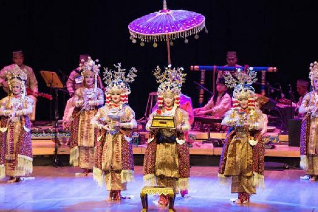 ANGGUN: Penari Pusat Seni Bali Purnati dengan lemah gemalai menari mengikut irama gamelan ciptaan Rahayu Supanggah. - Foto ESPLANADE