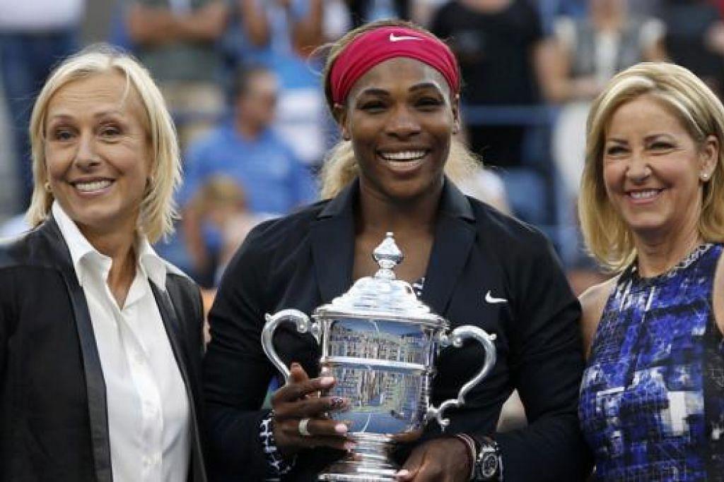 SETANDING PEMAIN LEGENDA: Serena Williams (tengah) berasa bangga namanya kini boleh disebut bersama Martina Navratilova (kiri) dan Chris Evert yang memenangi 18 mahkota kejuaraan 'grand slam'. - Foto REUTERS