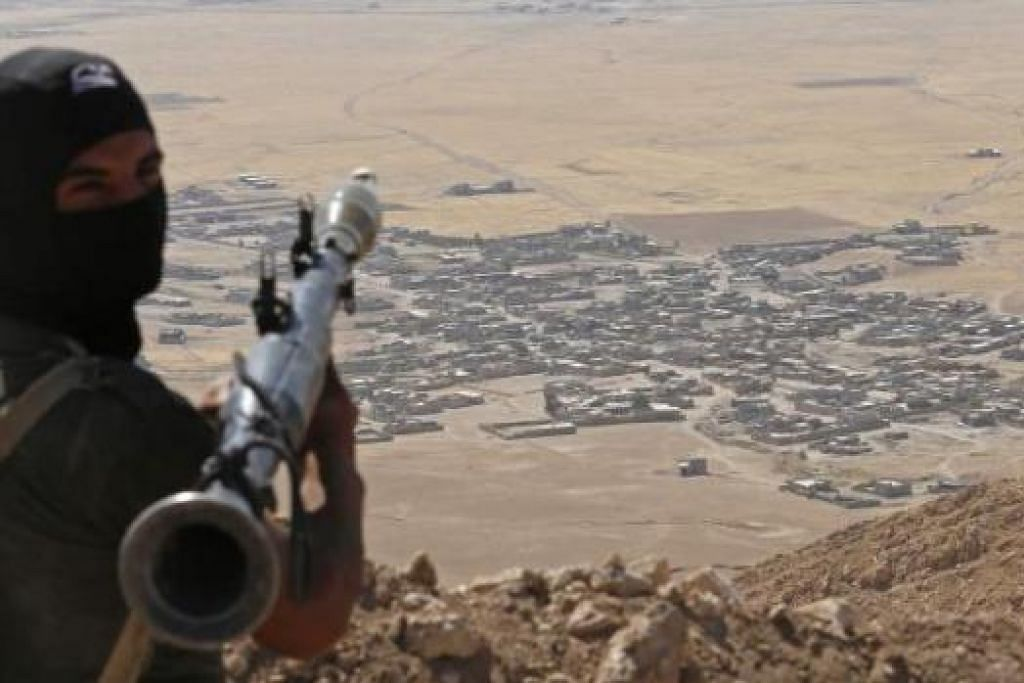 MEMPERHEBAT SERANGAN: Pejuang Peshmerga Kurdi memegang pelancar grenad sedang beliau mengambil kedudukan di perkampungan Baretle yang dikawal militan IS. Amerika kini menyiapkan perikatan untuk menyerang militan IS. - Foto REUTERS