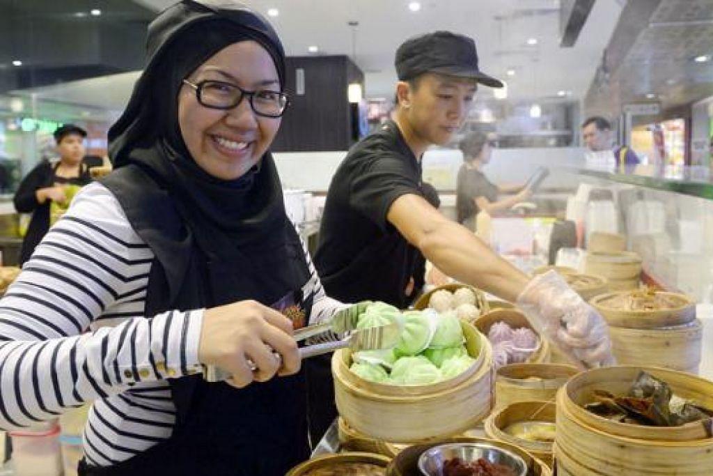 BIDANG BARU: Memandangkan perniagaan F&B sesuatu sangat baru baginya, Cik Nur Liana turun padang ke kedainya setiap hari untuk menyiapkan makanan dan memantau pekerja. - Foto TAUFIK A. KADER