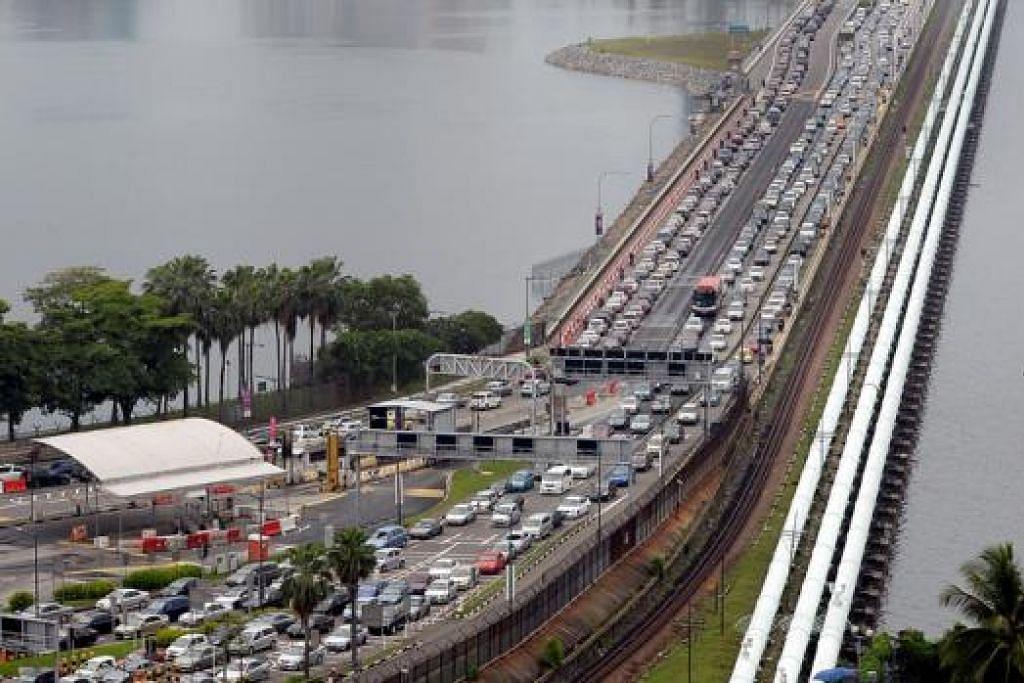 TOL NAIK TETAPI KOSWE MASIH SESAK: Malaysia telah menaikkan tol sedia ada dan memperkenalkan tol baru di Kompleks Kastam, Imigresen dan Kuarantin (CIQ) di Johor mulai 1 Ogos lalu. - Foto fail