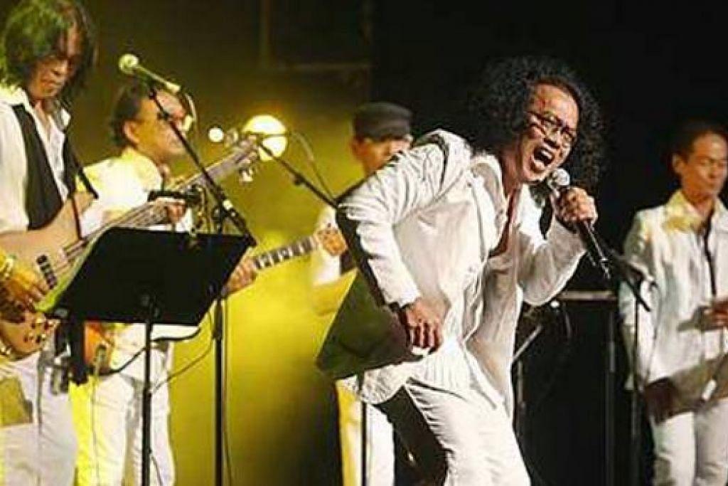 SEBELUM KEHILANGAN SEBELAH KAKI: Hamid (kiri) bermain bes dalam kumpulan Black Dog Bone dalam satu konsert tidak lama dulu. - Foto fail