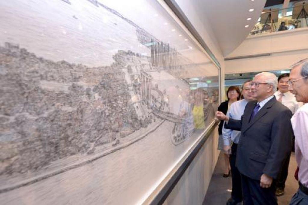 HADIAH SG50: Presiden Tony Tan (dua dari kanan) mengagumi lukisan pemandangan Singapura yang dihasilkan pelukis autistik Stephen Wiltshire, dari Britain. Turut menemani beliau ialah (dari kiri) Cik Phua; Encik Wong; Pengerusi URA, Encik Peter Ho; dan Dr Lee. - Foto THE STRAITS TIMES