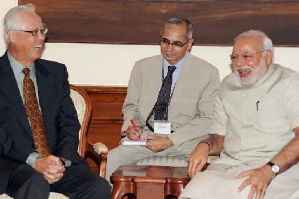 PERKUKUH HUBUNGAN: Menteri Kanan Emeritus Goh Chok Tong (kiri) mengunjungi Perdana Menteri India, Encik Narendra Modi (kanan), dalam lawatan ke India selama lima hari. - Foto PMO