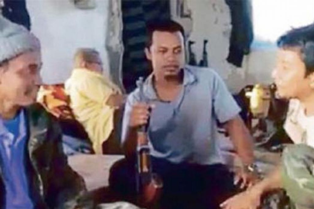 DISERANG TENTERA PEMERINTAH: Gambar Internet ini menunjukkan Mohamad Fadlan Shahidi, juga dikenali sebagai Abu Muhajir (tengah), bergambar bersama dua rakannya yang tidak dikenal pasti. Dia yang menganggotai kumpulan militan IS di Syria merupakan rakyat Malaysia keempat terbunuh setakat ini di negara yang bergolak itu. - Foto INTERNET
