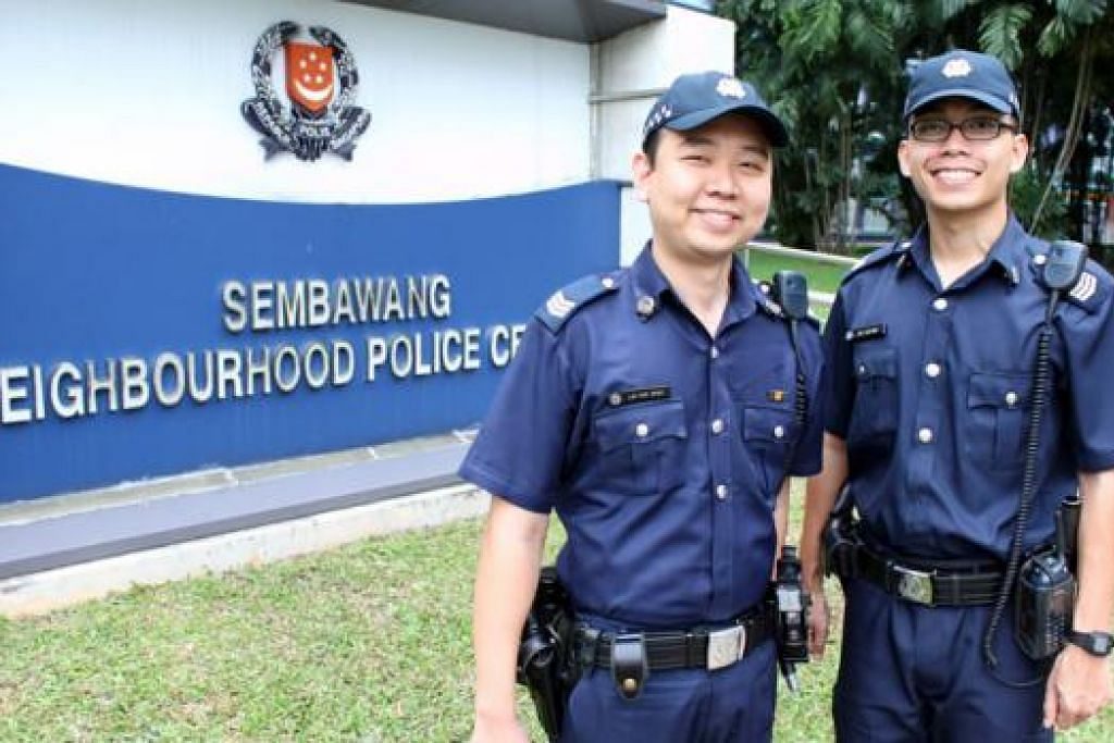 TIDAK GELAP MATA: Sarjan Lim Kok Beng (kiri) dan Sarjan Konstabel Khas Sufyan Abu Bakar menolak tawaran $200 dan sebaliknya menahan lelaki yang cuba menyogok mereka. - Foto SPF