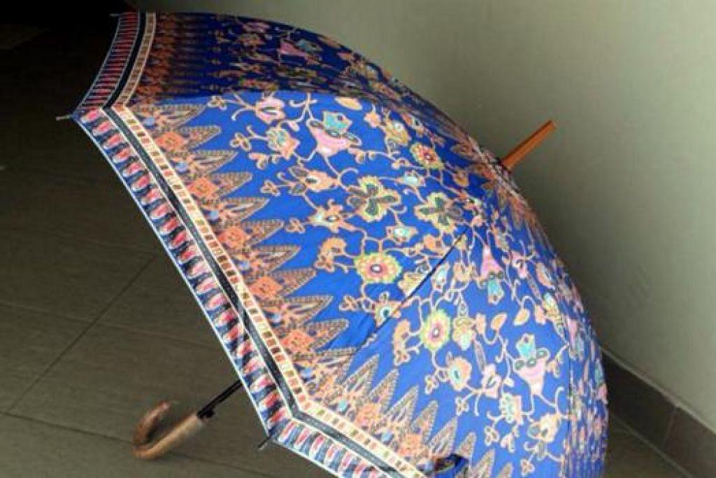 CENDERAHATI MENANTI: 500 pengunjung pertama acara 'Genderang Bahasa dan Budaya' malam ini akan menerima sekaki payung bermotif batik ini.