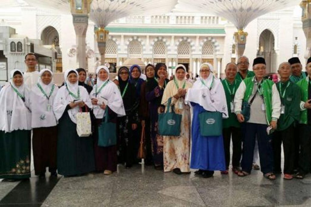 KUMPULAN PERTAMA: Antara kumpulan pertama jemaah haji Singapura yang berangkat ke Jeddah Rabu lalu kini dalam keadaan sihat di Madinah. - Foto SHAHIDAH TRAVEL & TOURS