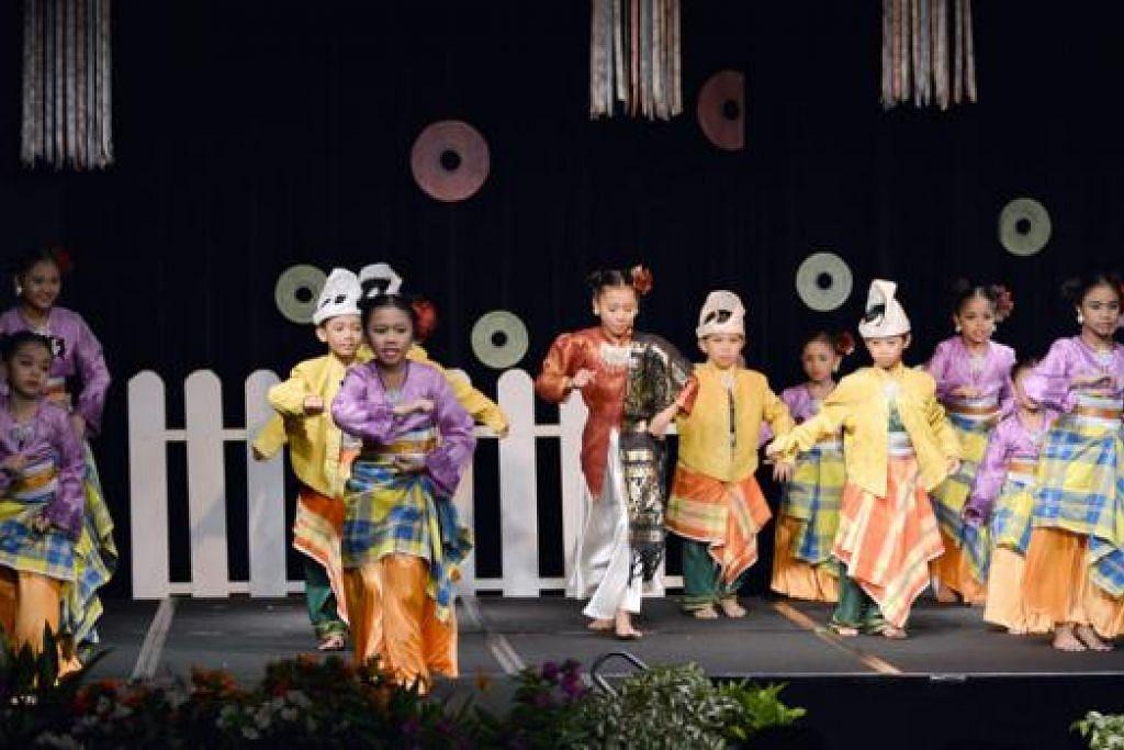BERAKSI: Antara para penari cilik Sriwana yang disifatkan sebagai rebung sedang mengaksikan tarian joget di persembahan Buaiku Laju. – Foto SRIWANA