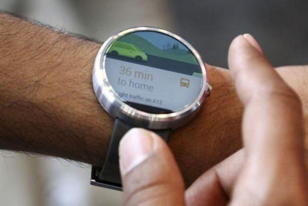 MOTO: Seorang pekerja Google mengadakan demonstrasi mengenai keistimewaan jam tangan bijak ini dalam satu sidang di San Francisco bulan lalu. - Foto REUTERS