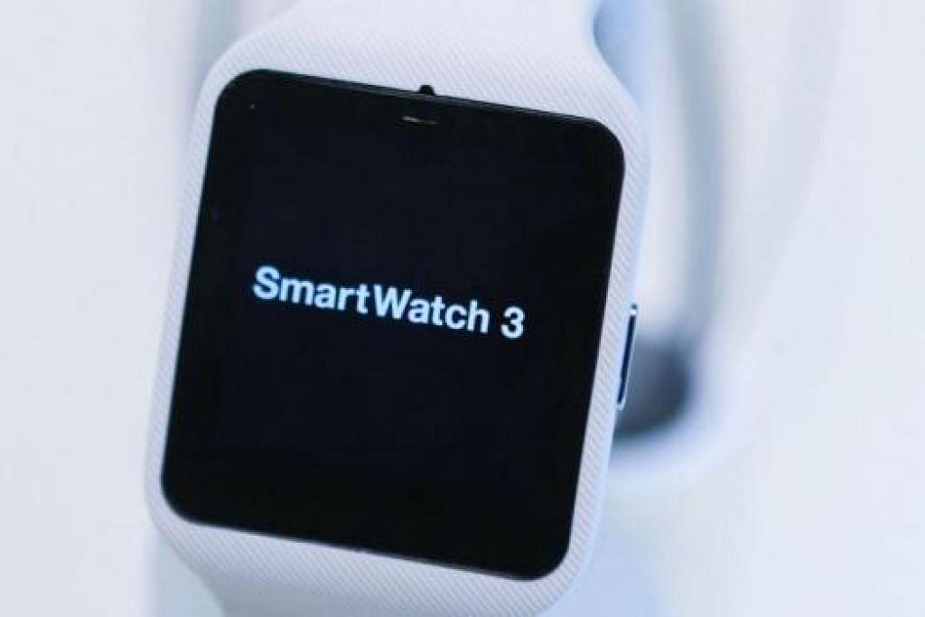 SONY SMARTWATCH 3: Jam tangan bijak keluaran Sony ini dipamerkan di pameran elektronik pengguna di Berlin, minggu lalu. - Foto BLOOMBERG