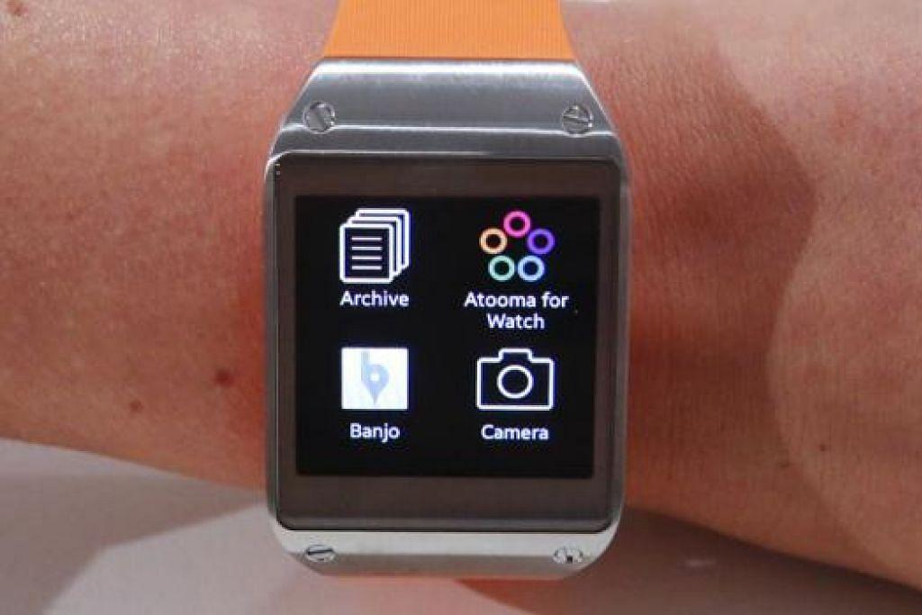 SAMSUNG GALAXY GEAR: Jam tangan bijak ini dilancarkan dalam satu acara di pameran elektronik pengguna di Berlin, minggu lalu. - Foto REUTERS