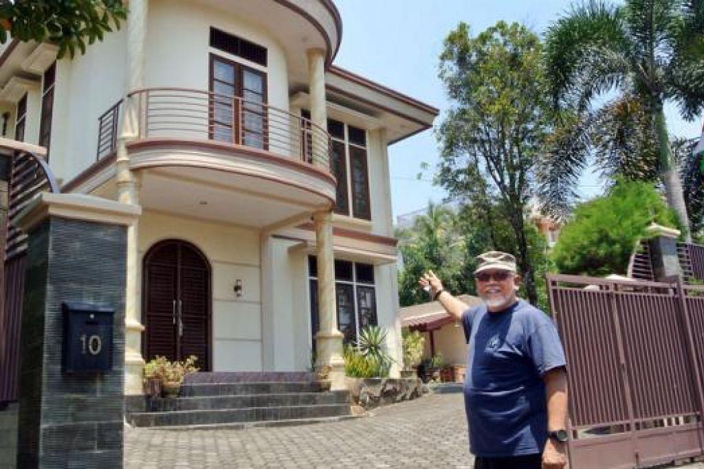 DARI NEW YORK KE TANJONG PINANG: Encik Andy Zulkifli di depan rumah banglonya bernombor 10 yang terletak sejauh perjalanan sekitar 10 minit daripada terminal feri Tanjong Pinang.