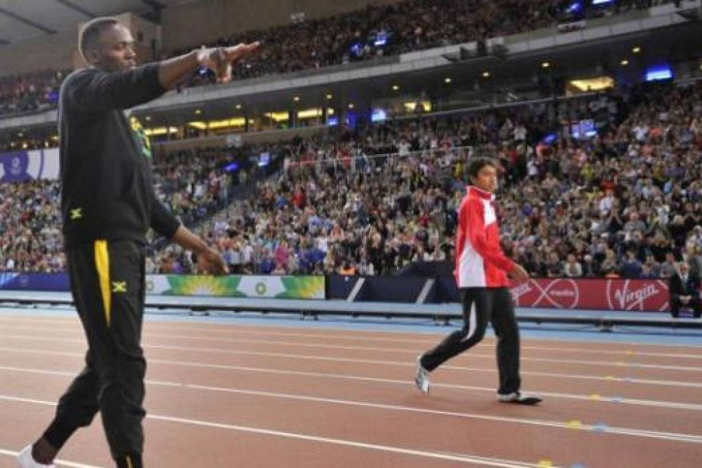 KENANGAN MANIS SUKAN KOMANWEL: Muhammad Naqib (kanan) berpeluang menyaksikan aksi dan berlumba dengan juara dunia Usain Bolt di Scotland dalam acara saringan bulan lalu. – Foto AFP