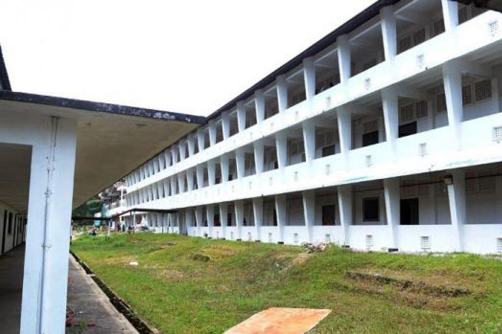 BAKAL MENCIUM BUMI: Bangunan Sekolah Menengah Sang Nila Utama akan dirobohkan sepenuhnya bagi memberi laluan kepada pembangunan estet perumahan Bidadari yang akan dilancarkan tahun depan. - Foto-foto TAUFIK A. KADER dan fail
