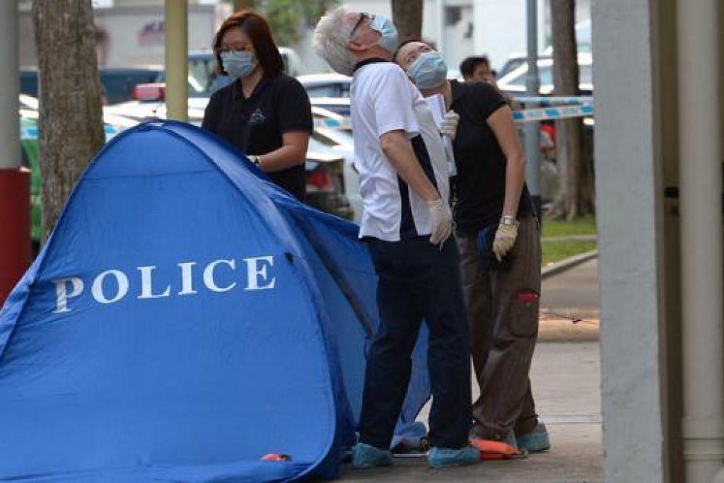 IBU MANGSA DIBERKAS: Mayat seorang kanak-kanak lelaki berusia tujuh tahun ditemui di kaki Blok 815 Tampines Avenue 4 petang kelmarin. - Foto THE STRAITS TIMES