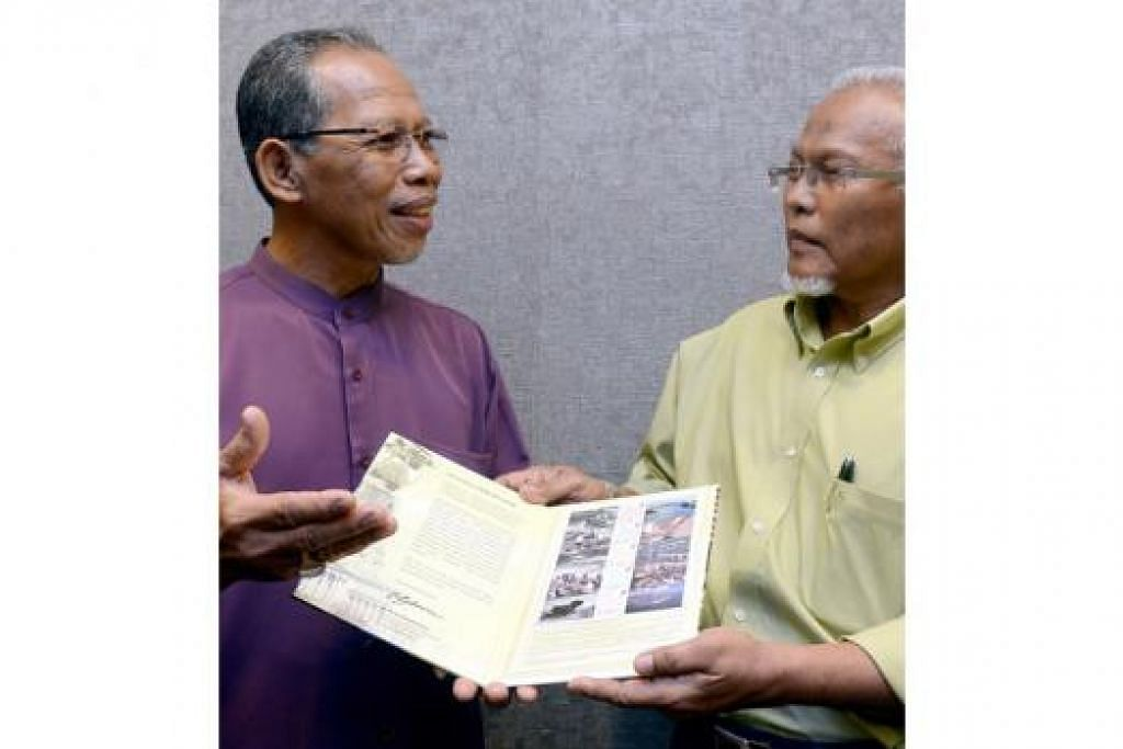 BERJASA PADA NEGARA: Encik Waris (kiri) dan Encik Mohd Hanef sama-sama telah menyumbang kepada pembangunan negara sejak usia muda lagi. - Foto TAUFIK A. KADER