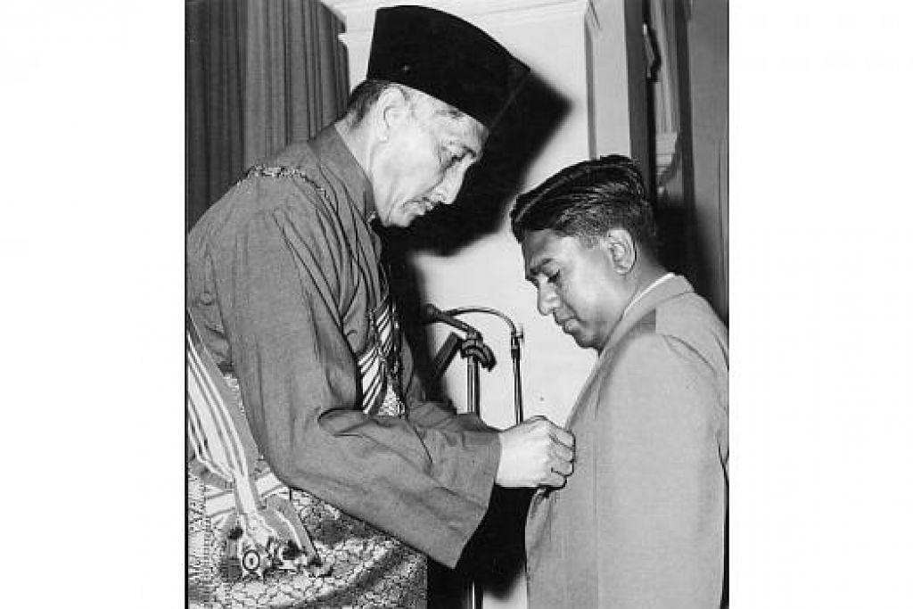 PENGHARGAAN NEGARA: Encik S R Nathan, ketika menjadi Pengarah Unit Kajian Buruh, menerima Bintang Bakti Masyarakat daripada Yang di-Pertuan Negara, Allahyarham Yusof Ishak, sempena Hari Kebangsaan Singapura 1964. – Foto fail