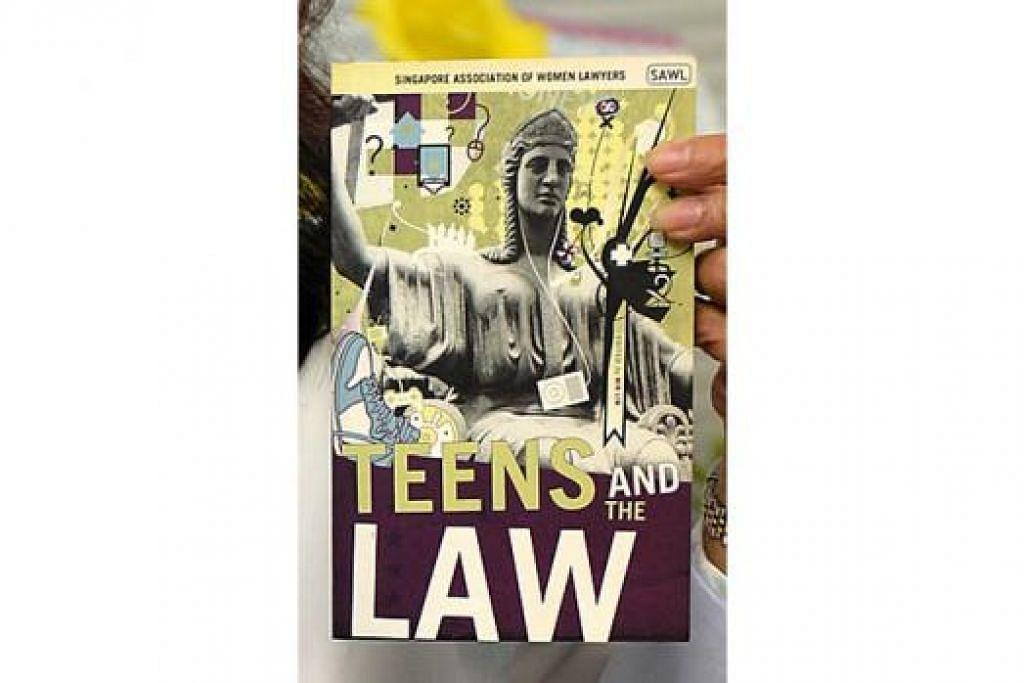 BUKU UNDANG-UNDANG: Memberi penjelasan mengenai undang-undang dalam bahasa mudah. – Foto-foto M.O. SALLEH