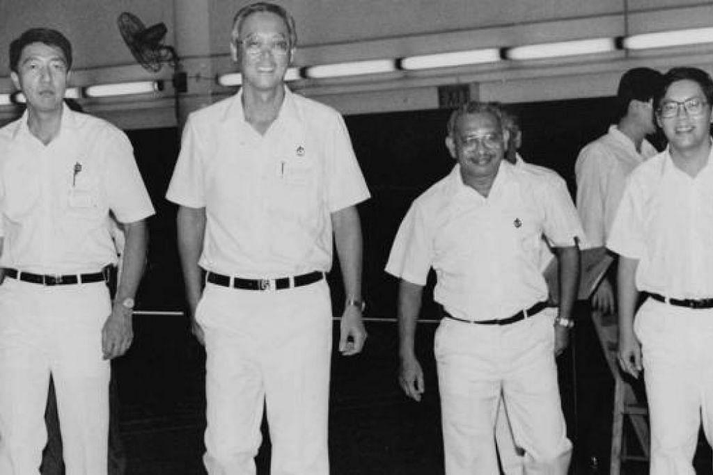 MASA BERKEMPEN: Haji Othman (dua dari kanan) bersama (dari kiri) Encik Teo Chee Hean, Encik Goh Chok Tong dan Encik Matthias Yao semasa berkempen dalam pilihan raya kecil GRC Marine Parade pada 1992. - Foto fail SPH