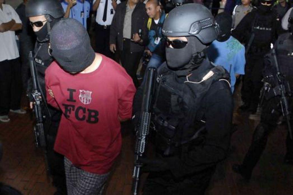 MILITAN ASING DITAHAN: Polis Indonesia dan skuad antipengganasan, Detasemen Khusus 88, telah memberkas empat militan asing di Indonesia. Empat individu itu dipercayai dari Turkestan, China, sementara seorang daripada militan itu memiliki pasport dari Turkey, yang dipercayai palsu. - Foto AFP