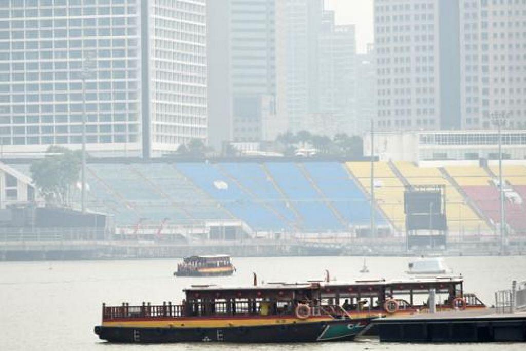 KABUR: Pemandangan di kawasan Marina Bay kabur semalam dek jerebu apabila mutu udara Singapura mencatat paras kurang sihat. - Foto AFP