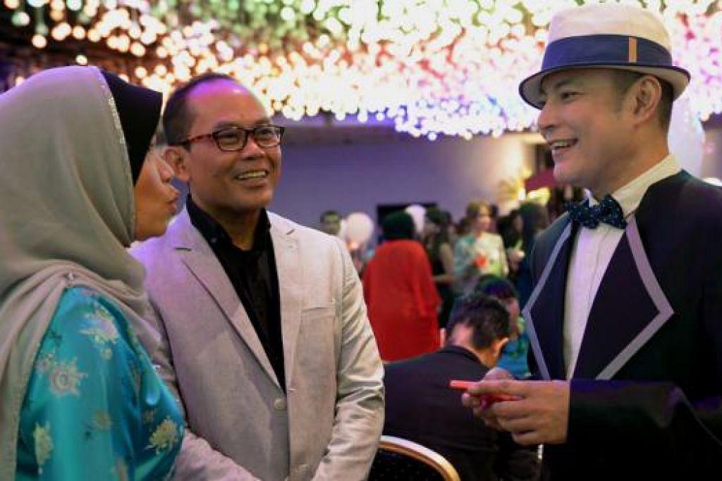 TETAMU ISTIMEWA: Datuk Aznil Haji Nawawi (kanan) kelihatan berbual mesra dengan ibu bapa Alyph, Cik Maria Salim dan Encik Abdullah Salleh.