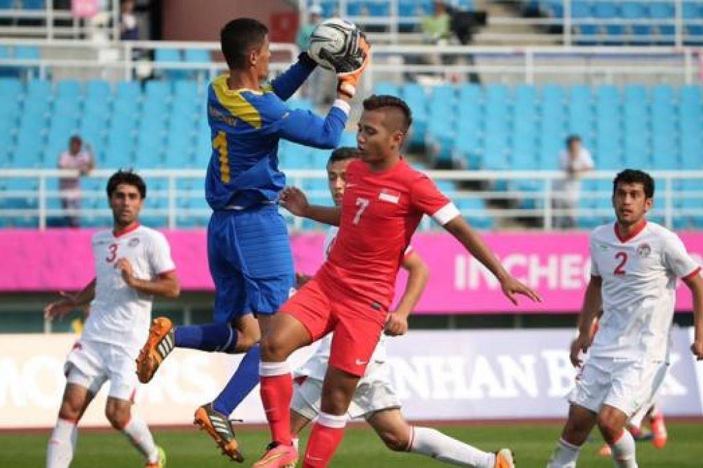 PERLU BANGKIT: Walau gagal menjaringkan gol semasa bertemu Tajikistan, Sahil Suhaimi (jersi merah) dan rakan sepasukan perlu pantas bangkit dan berjuang apabila bertemu Oman untuk memelihara riwayat dalam Kumpulan C. - Foto THE STRAITS TIMES