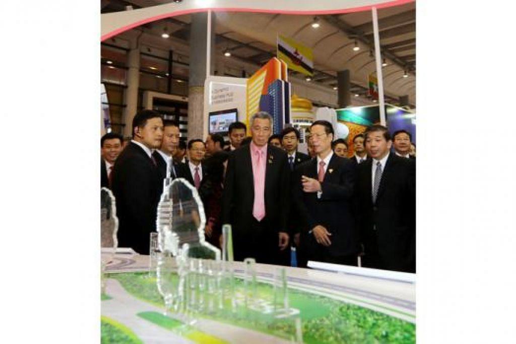 PAMERAN SINGAPURA: Encik Lee mengunjungi pameran Singapura di Expo China-Asean. Bersama beliau ialah Timbalan Perdana Menteri China, Encik Zhang Gaoli (dua dari kanan) dan Pengerusi Persekutuan Perniagaan Singapura (SBF), Encik Teo Siong Seng (kanan).