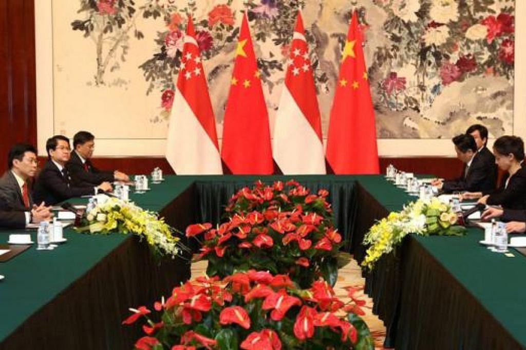 PERKUKUH JALINAN: Encik Lee (kiri) mengadakan pertemuan dengan Timbalan Perdana Menteri China, Encik Zhang Gaoli, bagi memperkukuh hubungan antara dua negara. - Foto-foto FACEBOOK