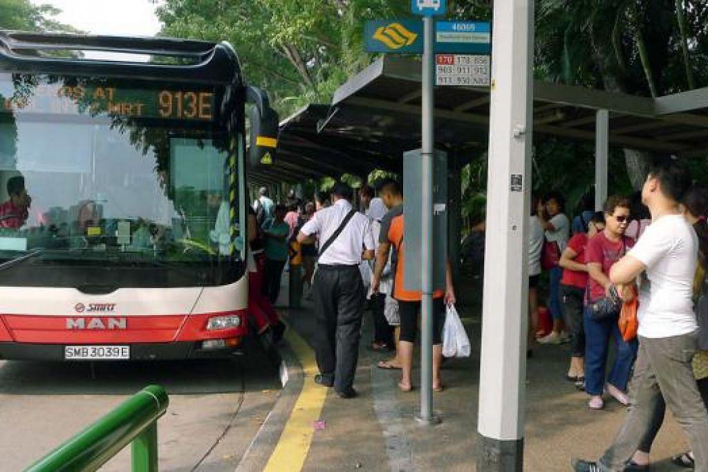 SESAK DENGAN PENUMPANG: Lebih ramai orang menaiki bas untuk ke Johor Bahru sejak kerajaan Malaysia menaikkan kadar tol di CIQ Johor Bahru. - Foto KHALID BABA