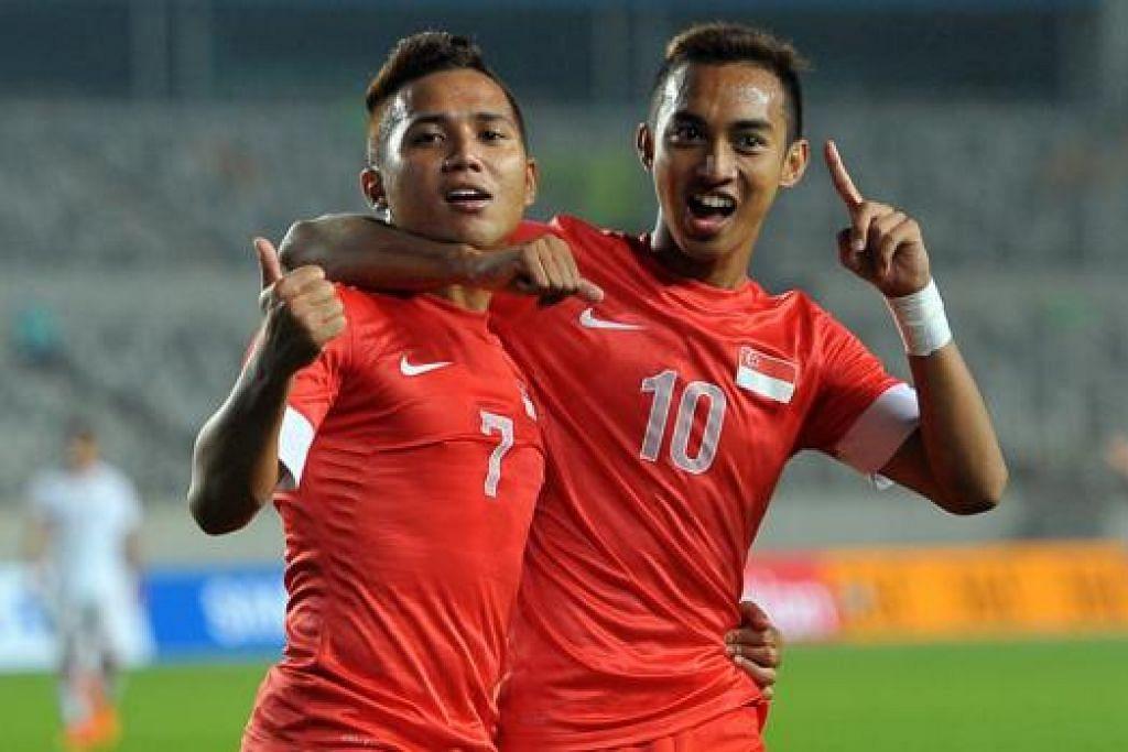 DUA WIRA BERGEMBIRA: Sahil Suhaimi (kiri) dan Faris Ramli meraikan gol-gol Singa Muda semasa menentang Oman malam kelmarin. Seorang lagi penyumbang gol pasukan negara ialah Safuwan Baharudin. - Foto PEH SIONG SAN/SNOC