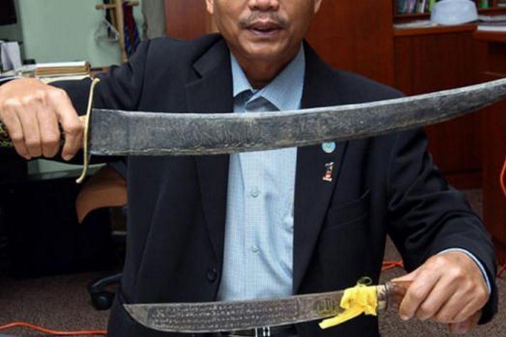 SENJATA BAHAYA: Pedang ini turut dirampas pihak berkuasa.