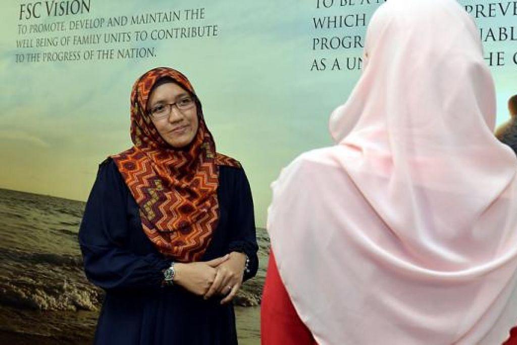 PRIHATIN TERHADAP MASALAH WANITA: Pekerja sosial kanan PPIS, Cik Nuraida Khalid berharap wanita tampil untuk mendapatkan bantuan sekiranya perlu pada peringkat awal agar mereka tidak terlalu tertekan memikul tekanan yang mereka hadapi itu sehingga menjadi satu masalah kesihatan mental pula. - Foto M.O SALLEH