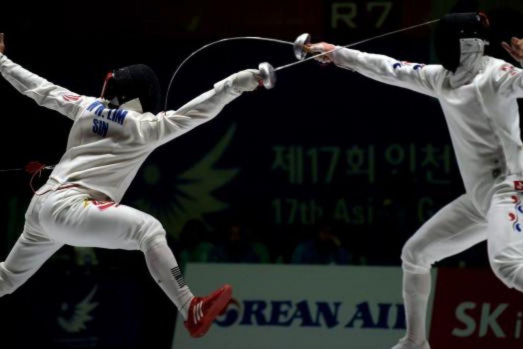 TETAP PEMENANG: Lim Wei Wen (kiri) tewas kepada pemain pedang Korea Selatan Jung Jin-sun di separuh akhir acara epee individu lelaki. Walau tewas, beliau memenangi gangsa - pingat pertama negara di Sukan Asia