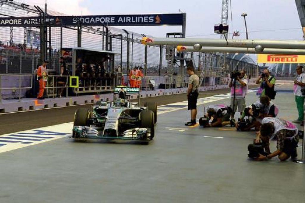 UJI KERETA: Pendahulu musim ini daripada pasukan Mercedes, Nico Rosberg, memandu keluar pit bagi menguji keretanya semasa sesi latihan pertama di Litar Marina Bay malam tadi. - Foto ZAINAL YAHYA