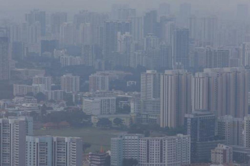 SEMAKIN BURUK: Jerebu mengaburi pemandangan di Singapura dan pencemaran udara semakin memasuki tahap kurang sihat. - Foto REUTERS