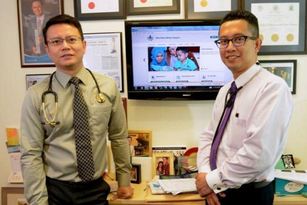 LESTARIKAN BAHASA: Dr Jazlan (kiri) dan Dr Abdul Razakjr bersama rakan doktor lain ingin menyumbang kepada kegiatan bahasa Melayu menerusi forum kesihatan dan sesi perbincangan. - Foto TUKIMAN WARJI