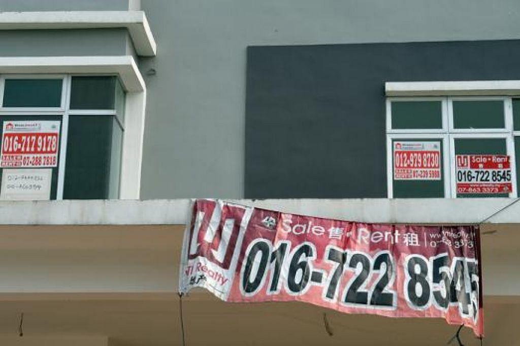 TIADA PILIHAN: Sesetengah warga Singapura sibuk cuba menjual rumah mereka di seberang Tambak agar boleh membeli flat di Singapura. - Foto M.O. SALLEH