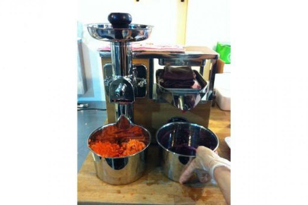 JUS BUAH ORGANIK: Buah-buahan dan sayur-sayuran perlu dikisar dahulu (mangkuk kiri) dan kemudian diperah jusnya (mangkuk kanan) untuk membuat jus diperah cara sejuk atau cold press. - Foto NURMAYA ALIAS