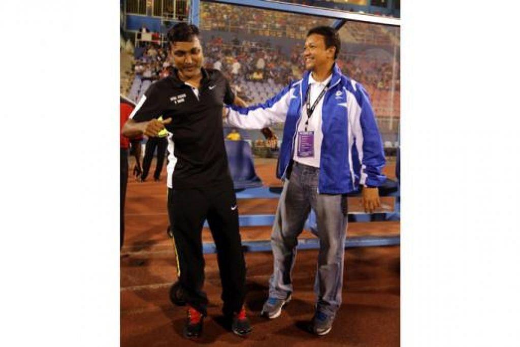 SAMA-SAMA TURUN PADANG: Sundramoorthy dan Fandi akan beraksi untuk pasukan Veteran Singapura dalam Piala Sultan Selangor minggu depan. - Foto fail
