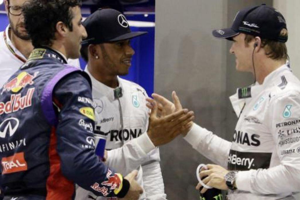 Nico Rosberg (kanan) mengucapkan tahniah kepada rakan sepasukan Lewis Hamilton (tengah) selepas beliau melayakkan diri ke final GP Singapura sebagai pemandu terpantas. Rosberg, pendahulu ranking pemandu, meraih tempat kedua, diikuti oleh pemandu Red Bull Daniel Ricciardo di tempat ketiga.