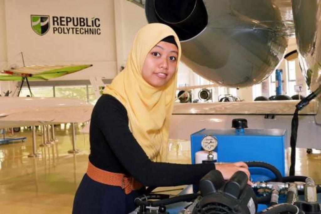 TENANG MEMBURU CITA: Walaupun pernah mengalami kesukaran kerana menumpang di rumah nenek dalam kawasan Johor Bahru, Cik Siti Nurhayati Mohamad Jumat membuktikan beliau boleh berjaya dan bergelar siswi Universiti Teknologi Nanyang. - Foto KHALID BABA