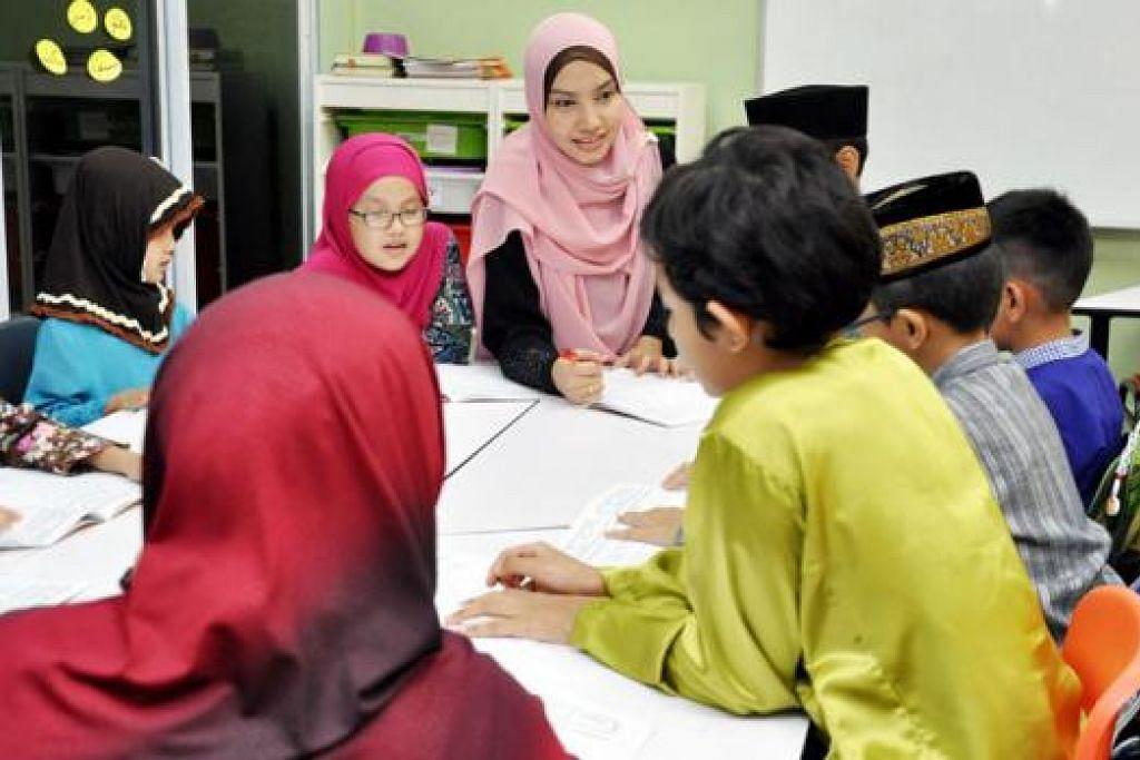 GUNAKAN BAHASA MELAYU: Kelas-kelas yang ditawarkan syarikat penyedia pendidikan Islam, Andalus, secara rasmi dikelolakan dalam bahasa Melayu seperti kelas program iqra sepadu ini yang diajar Ustazah Siti Zaidah Ismail (bertudung merah jambu). - Foto JOHARI RAHMAT